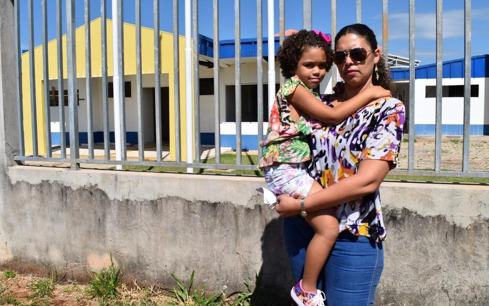 Zaira e a filha, Sophia: com Cemei fechado, garota teve que ir para creche particular (Foto: Sílvio Túlio/G1)