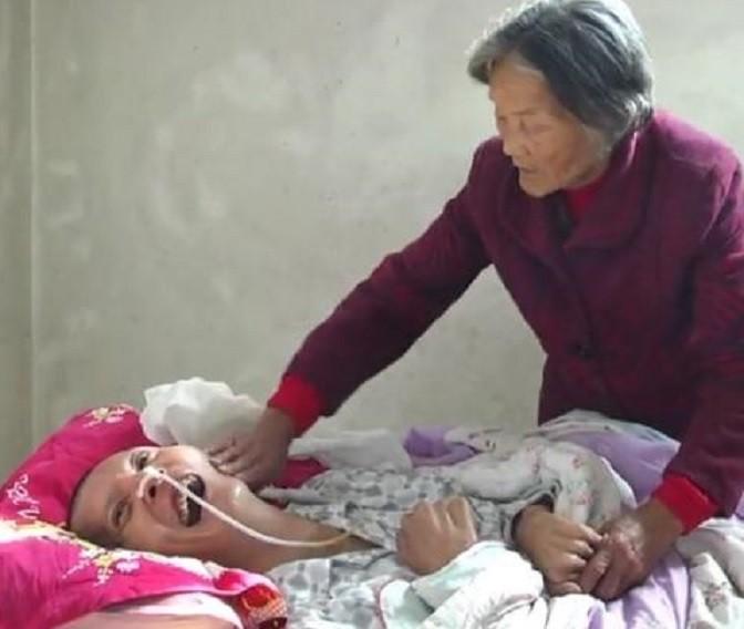 Wei Mingying ao lado de seu filho, Wang Shubao (Foto: Reprodução)