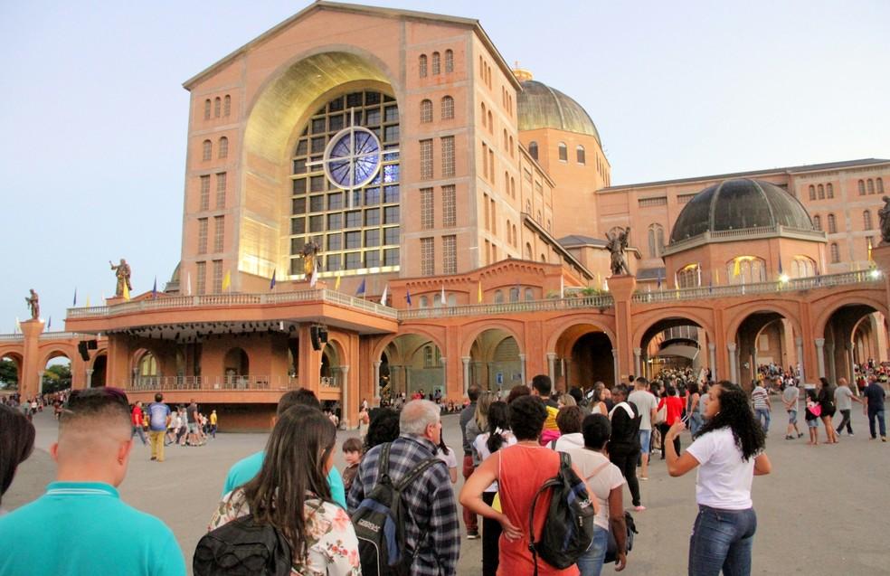 Antes das 6h, multidão fazia fila para ver a imagem — Foto: Carlos Santos/G1