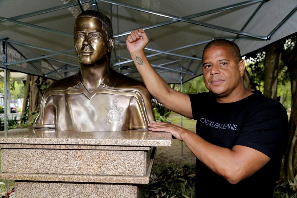 Marcelinho Carioca ganha busto no Corinthians  — Foto: José Manoel Idalgo/ Agência Corinthians