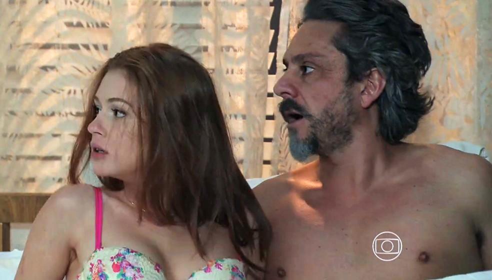 Maria Isis (Marina Ruy Barbosa) e José Alfredo (Alexandre Nero) ficam pasmos com a chegada de Maria Marta (Lilia Cabral) - 'Império' — Foto: Globo