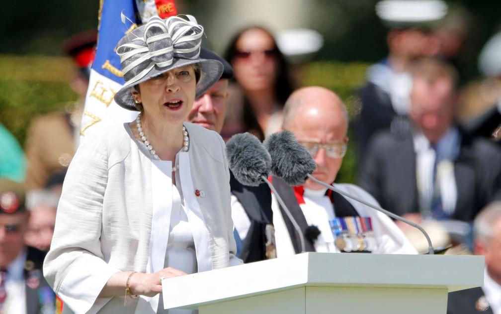 A primeira-ministra britânica Theresa May discursa durante cerimônia de 75 anos do Dia D, no Commonwealth War Cemetery em Bayeux, na França, na quinta-feira (6) — Foto: Reuters/Pascal Rossignol