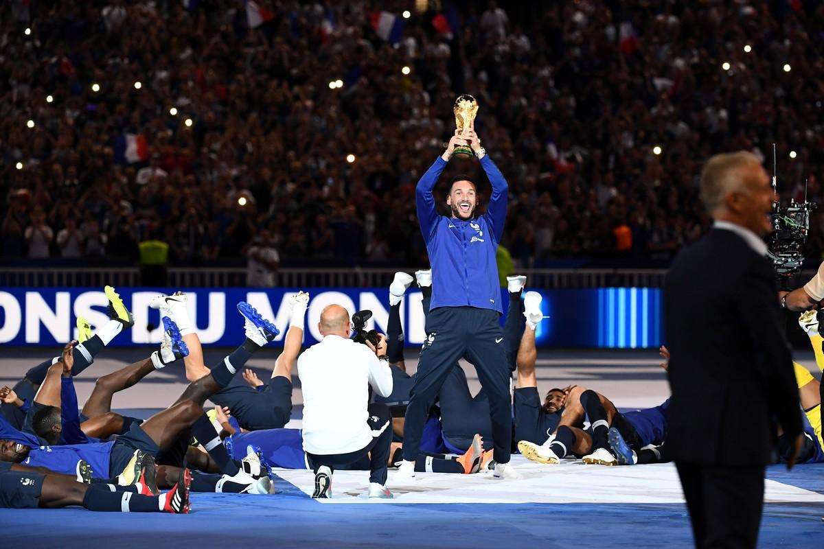 Seleção francesa faz a festa com torcedores para comemorar o bi da Copa do  Mundo  788d1ddb85d11
