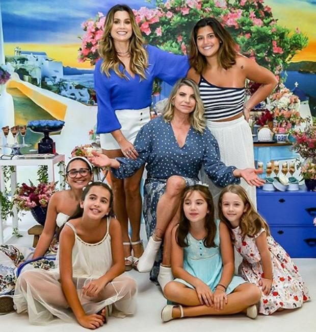Rachel, mãe de Flávia Alessandra, com a filha e as irmãs (Foto: Thais Galardi/ Reprodução)