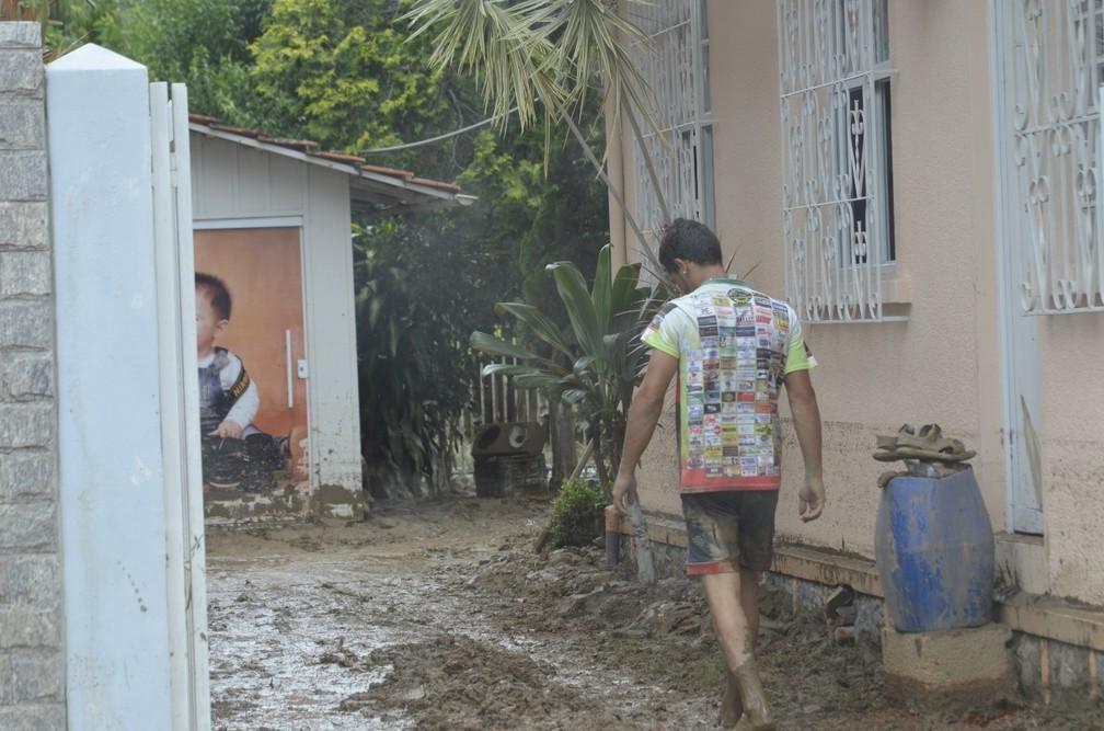 Lama entrou dentro das casas dos moradores de Presidente Getúlio — Foto: Maurício Cattani/NSC TV