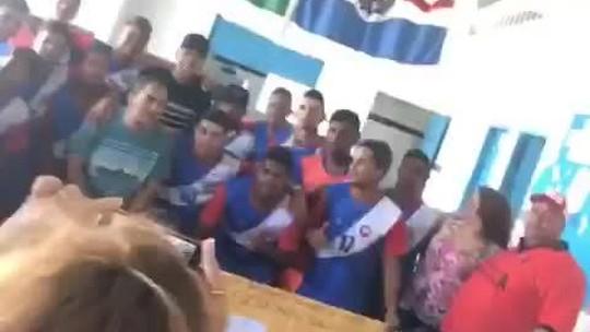 Vídeos, autógrafos e selfie até com o guarda: Firmino visita escola onde estudou e arrasta os fãs em AL; assista