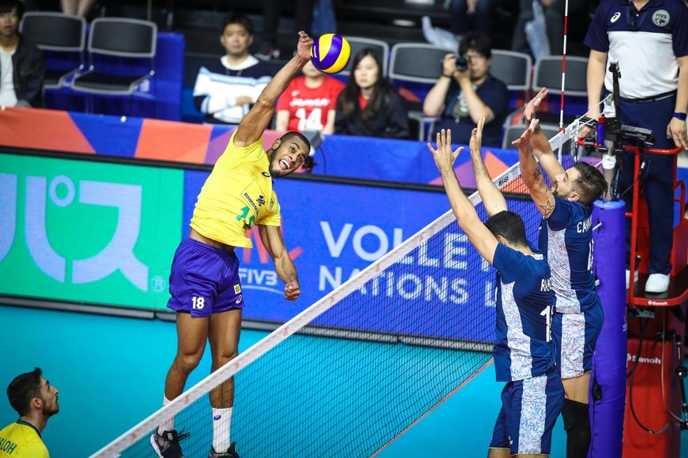 Lucarelli sobe muito para fazer ataque por cima do bloqueio argentino â?? Foto: FIVB