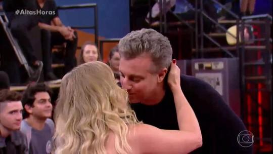 Angélica é surpreendida por Luciano Huck em gravação do 'Altas Horas'