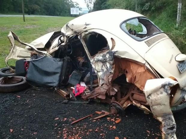 Fusca colidiu com uma caminhonete, que seguia no sentido contrário. (Foto: Adolfo Lima/TV TEM)