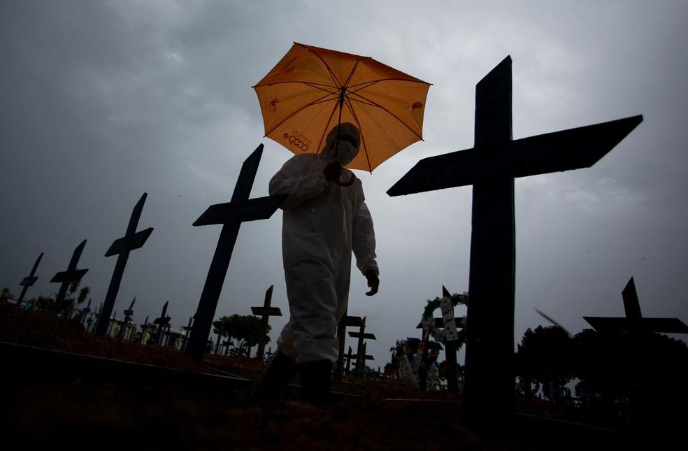 Homem caminha em cemitério de Manaus, uma das cidades mais atingidas pela pandemia de Covid-19 no Brasil. — Foto: Michael Dantas/AFP