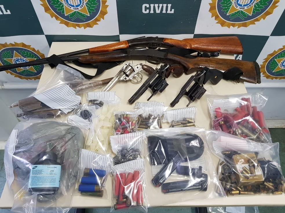 Espingardas, revólveres e munições de vários calibres foram apreendidos (Foto: Divulgação)