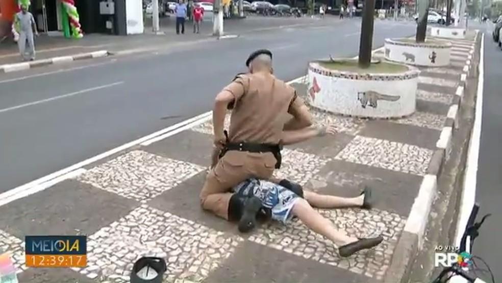 Homem é preso durante entrada ao vivo no Meio-Dia Paraná, em Foz do Iguaçu — Foto: Reprodução/RPC