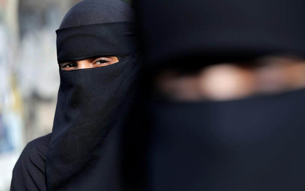 Em 2011, a França foi o primeiro país europeu a proibir o véu islâmico que cobre todo o rosto em lugares públicos — Foto: Reuters/Andrew Kelly