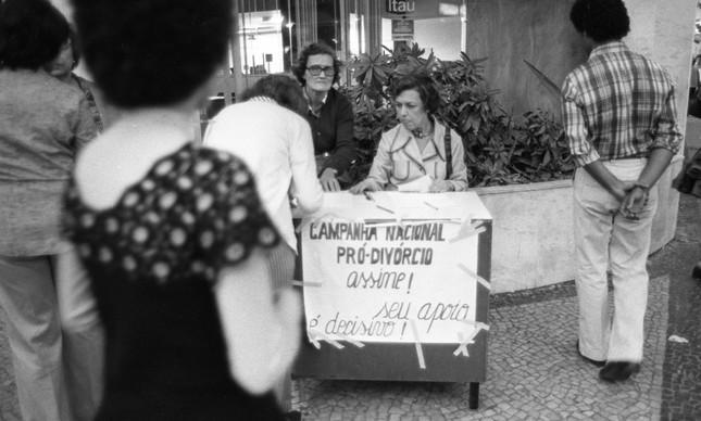 Mulheres colhem assinaturas pró-divórcio em Copacabana, em 1977