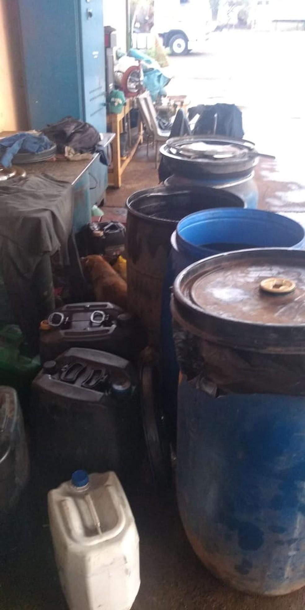 Dois foram presos depois da apreensão de mil litros de óleo diesel em Macatuba — Foto: Polícia Militar/Divulgação