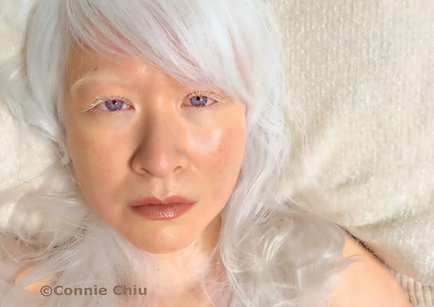 """Connie Chiu, 48 anos @aneveningbreeze """"Me sinto mais natural  com nudes rosados, como esse, próximo do meu tom."""" Rimmel por Kate Moss, cor 8 (Foto: .)"""