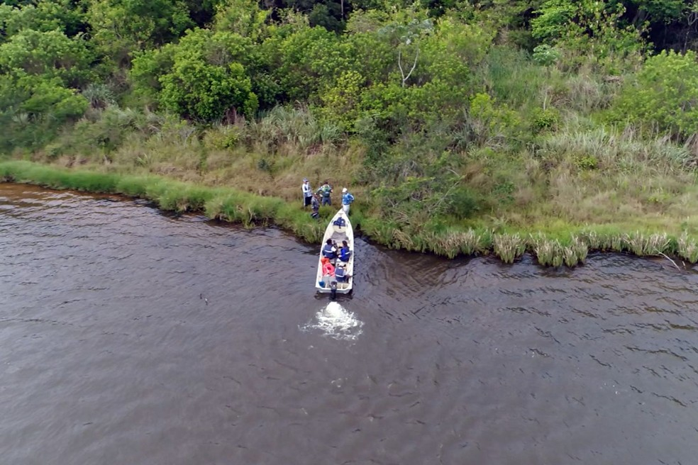 Imagem feita com drone da Guarda de Santa Bárbara d´Oeste flagra pescadores em lagoa na cidade (Foto: Reprodução EPTV)