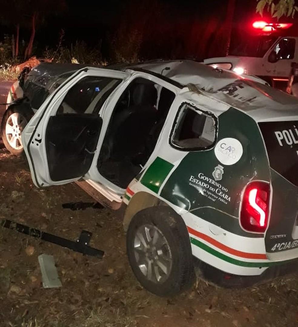 Carro da polícia ficou destruído após capotar na zona rural de Brejo Santo. — Foto: Arquivo pessoal