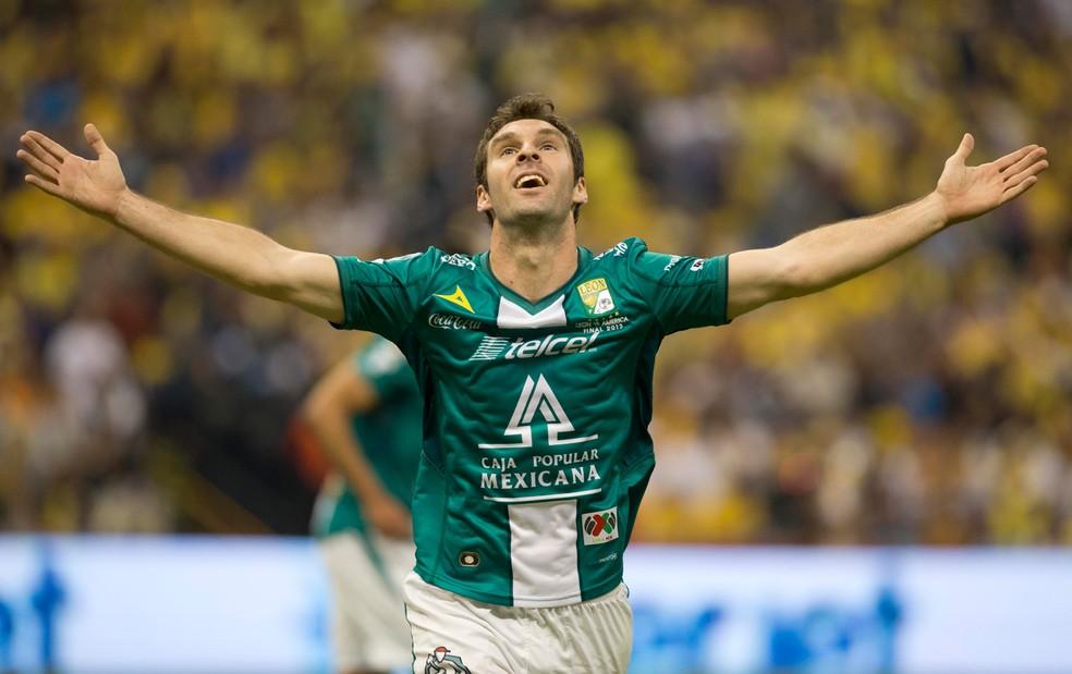 Mauro Boselli, em ação pelo León — Foto: AP