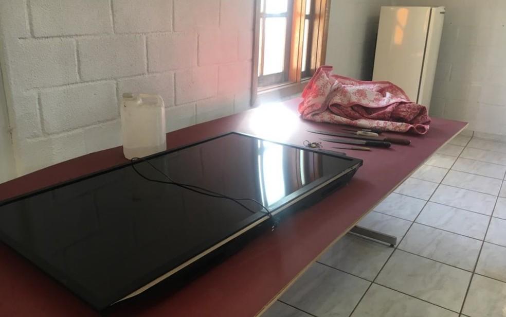 TV, geladeira e até edredom roubado por trio foi encontrado pela polícia — Foto: Sílvio Túlio/G1