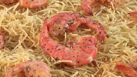 Arroz cremoso é preparado com camarões e mix de queijos