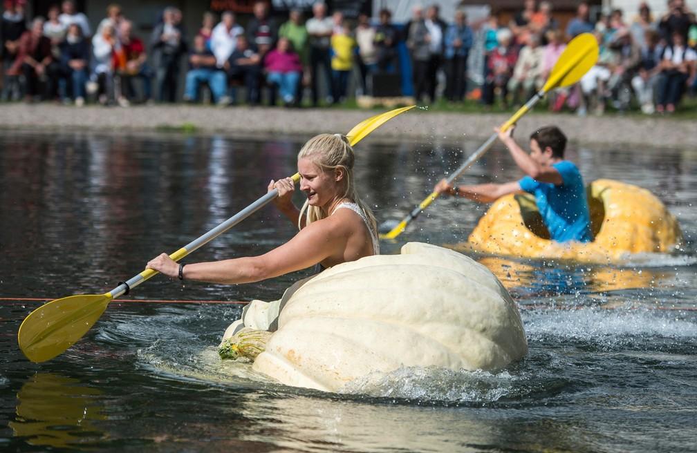 Alemanha tem torneio de remo em abóboras gigantes (Foto: Jens-Ulrich Koch/dpa via AP)