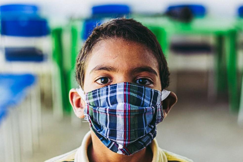 Criança usando máscara de proteção ao novo coronavírus. — Foto: Menino Buchudo/Marcos Aragão