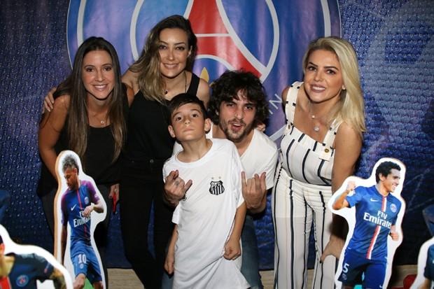 Zion com os irmãos, Fiuk, Tainá e Krizia e a mãe, Mari Alexandre (Foto: Thiago Duran/AgNews)