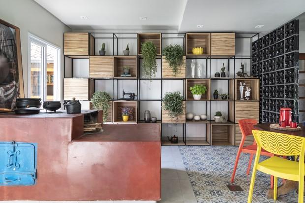 Décor do dia: cozinha moderna com fogão à lenha (Foto: Evelyn Miller)