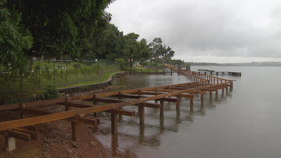 Deck sendo construído na orla do Lago Paranoá — Foto: TV Globo/Reprodução
