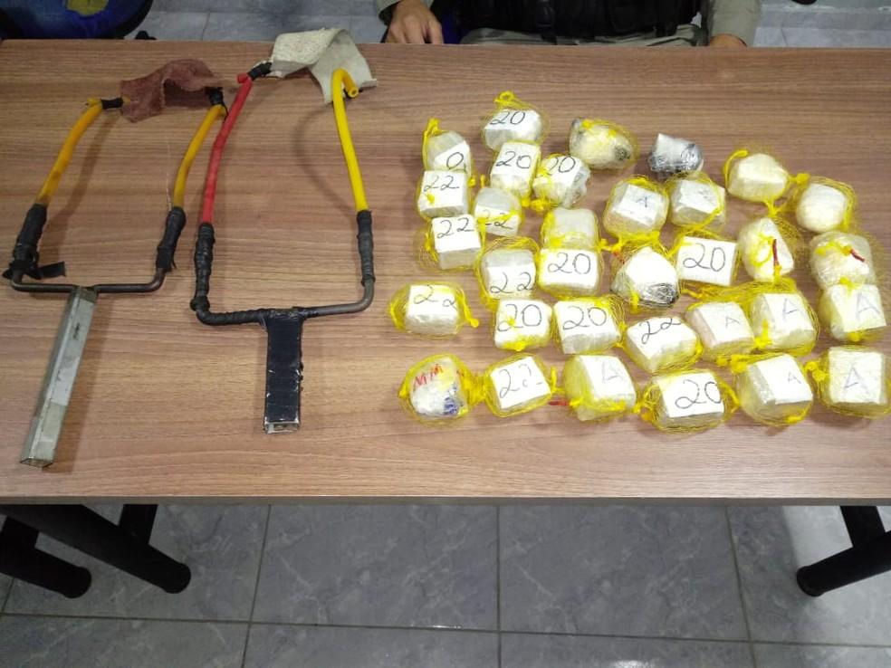 Dois homens são presos suspeitos de tentarem jogar drogas para dentro de presídio, na PB — Foto: Divulgação/Polícia Militar