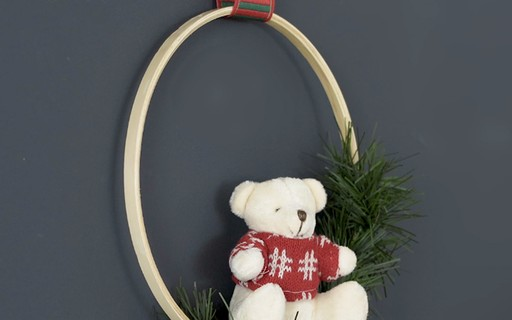DIY de Natal: faça uma guirlanda diferente com bastidor e ursinho de pelúcia