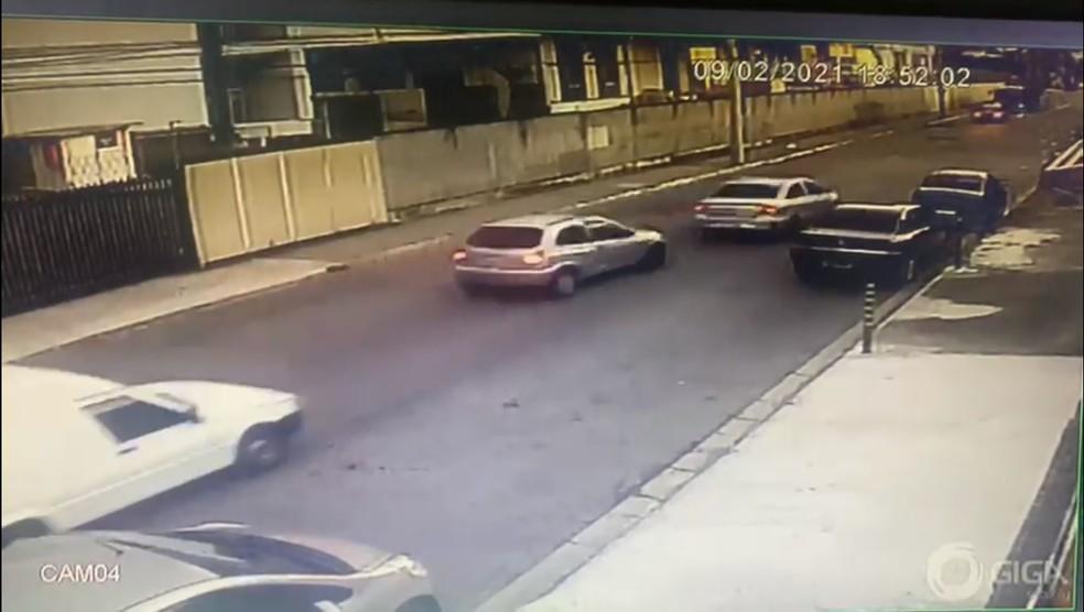 Câmera de segurança auxilia polícia a identificar carros suspeitos em crime em São José — Foto: Arquivo Pessoal