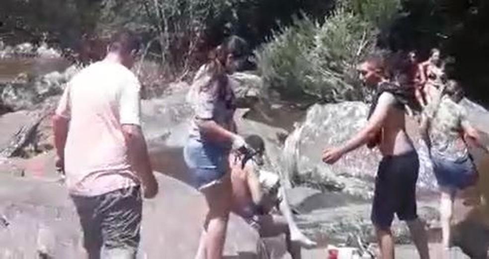 Família é vista em cachoeira pouco antes da cabeça d'água em MG — Foto: Claudia Santos