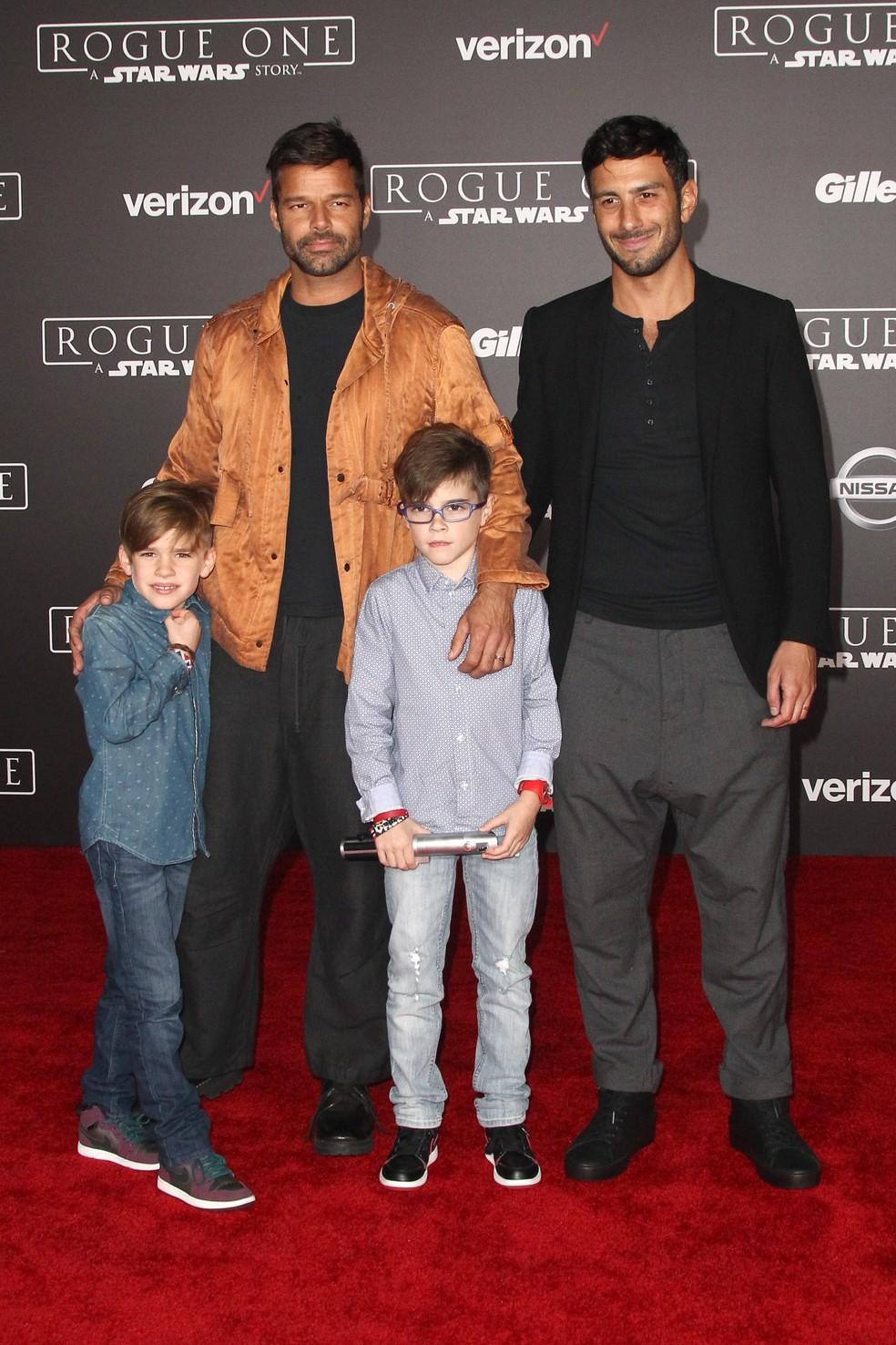 """Ricky Martin e sua família participam da estréia mundial de """"Rogue One: uma história de Star Wars"""" da Lucasfilm, em Hollywood, Califórnia, em 2016. (Foto: Tommaso Boddi/AFP/Arquivo )"""