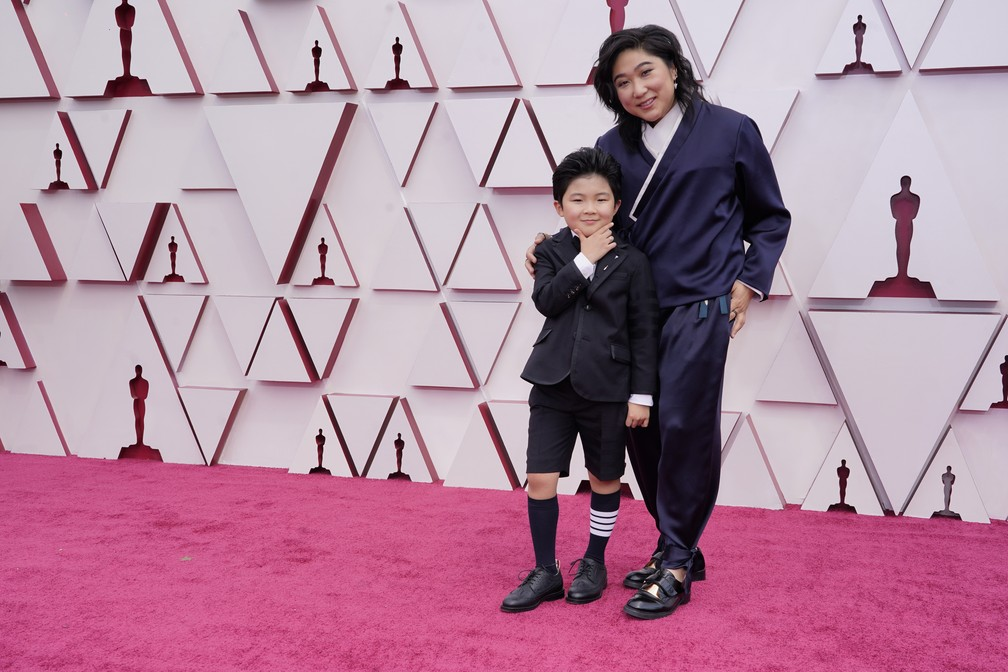 "Alan S. Kim, ator de ""Minari"", posa com Vicky Kim no Oscar 2021 — Foto: AP Photo/Chris Pizzello"