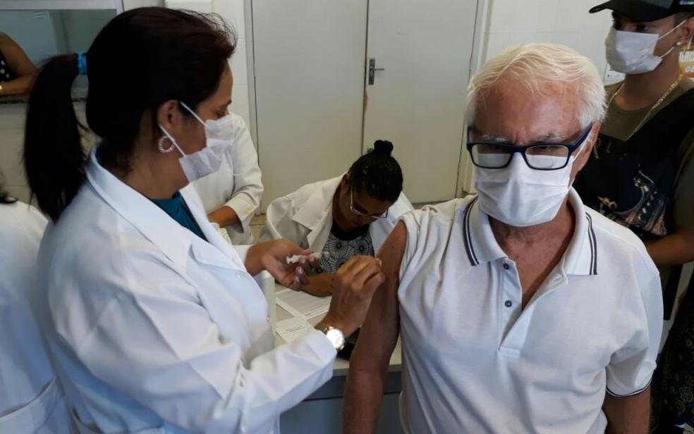 Vacina contra a gripe é aplicada em idoso em Goiás  (Foto: Guilherme Mendes/TV Anhanguera)
