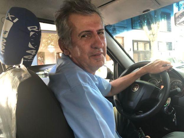 """Marcelo Martínez, taxista argentino: """"A gente acostuma a apertar daqui e dali e vai levando"""" (Foto: MARCIA CARMO / BBC)"""