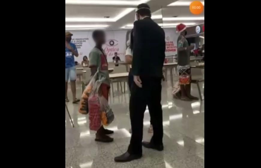 Vídeo de segurança abordando meninos negros que lanchavam em shopping de Belo Horizonte causa revolta nas redes sociais