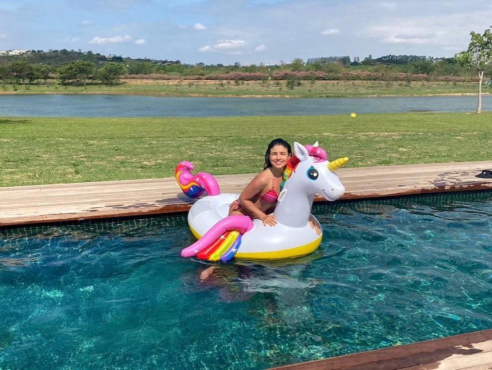 Paula Fernandes curte piscina — Foto: Reprodução