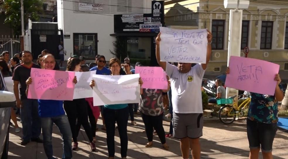 Motoristas de vans escolares fazem protesto em São Carlos — Foto: Tathiane Sousa/EPTV