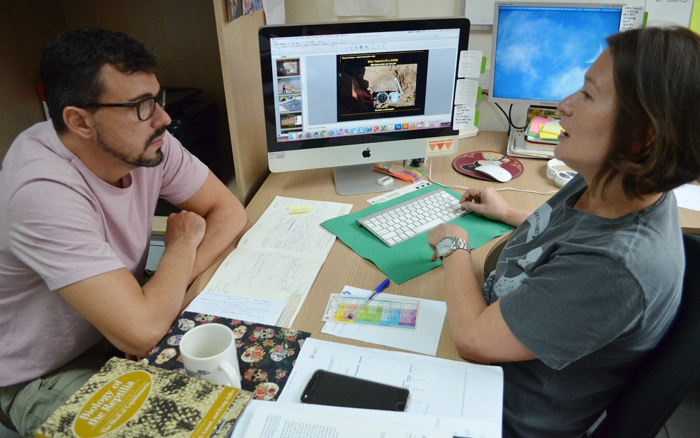 O biólogo Marcos César Bissaro Júnior com a orientadora do estudo, a paleontóloga Annie Schmaltz Hsiou — Foto: Adriano Oliveira/G1