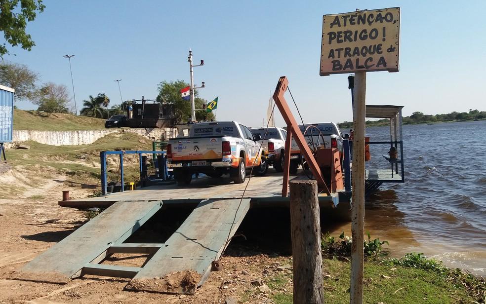 Atualmente, ligação de Porto Murtinho, em MS, a Carmelo Peralta, no Paraguai, é feita somente por balsas — Foto: Anderson Viegas/ G1 MS