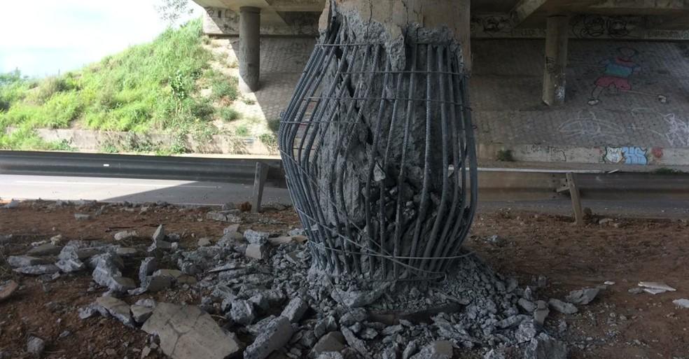 Criminosos detonaram uma bomba contra a estrutura de um viaduto na Caucaia — Foto: João Pedro Ribeiro/TV Verdes Mares