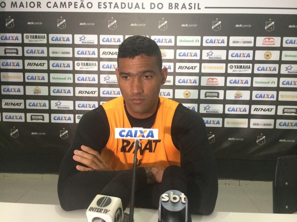 Edson quer time com espírito da partida contra Juventude (Foto: Hugo Monte/GloboEsporte.com)