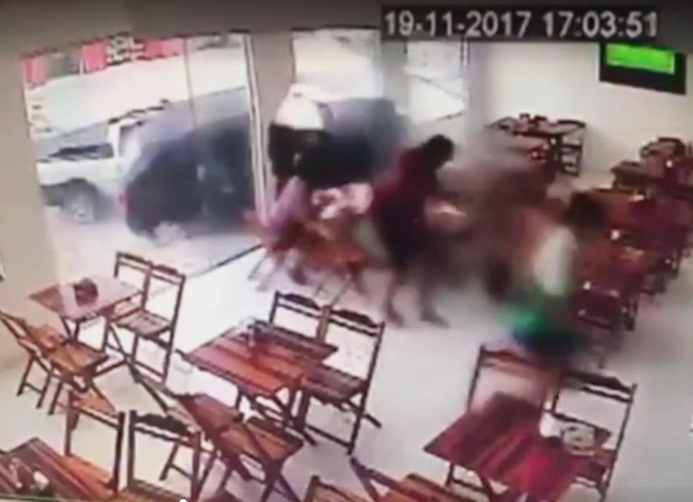 Acidente impressiona pela sorte que as quatro pessoas tiveram. Ninguém ficou ferido (Foto: Reprodução do vídeo cedido pela padaria)