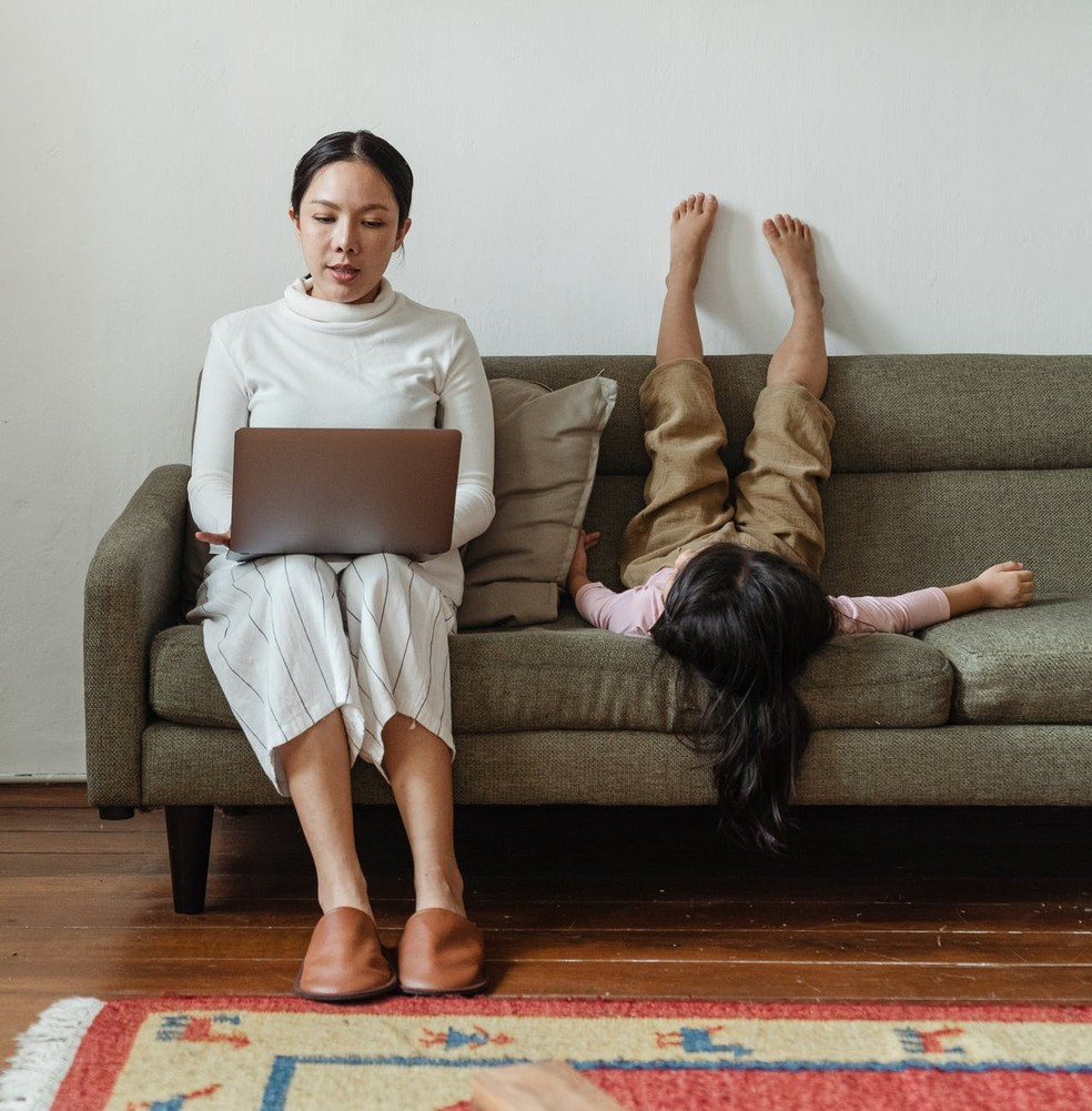 Mães no home office: desafio de conciliar rotina, desempenho e tarefas escolares dos filhos — Foto: Pexels