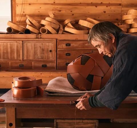 Artesãos de bambu manufaturam peças da LOEWE para a semana de design de Milão