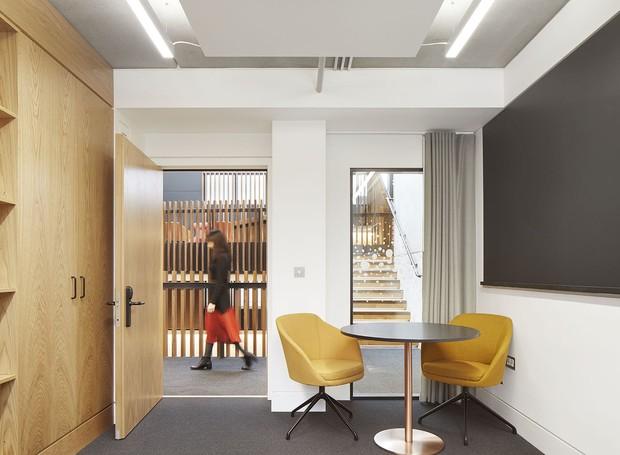 Há sempre uma forma de interação nas salas, sejam elas abertas ou com janelas de vidro (Foto: Jack Hobhouse)