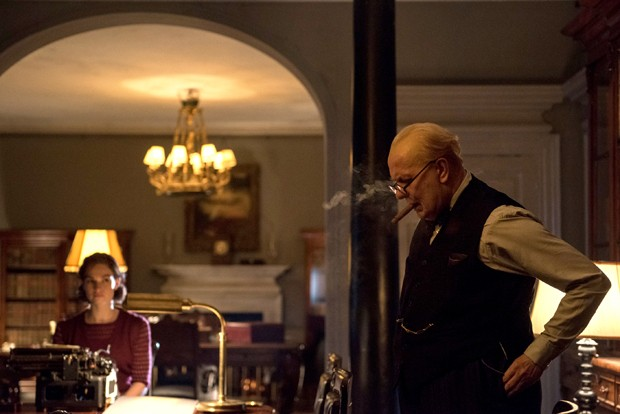 4106_D023_00001_R_CROPLily James stars as Elizabeth Layton and Gary Oldman as Winston Churchill in director Joe Wright's DARKEST HOUR, a Focus Features release.Credit:  Jack English / Focus Features (Foto: Divulgação)